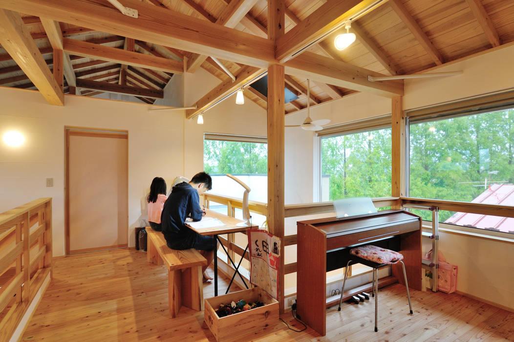 Salas de entretenimiento de estilo ecléctico de 株式会社 建築工房零 Ecléctico