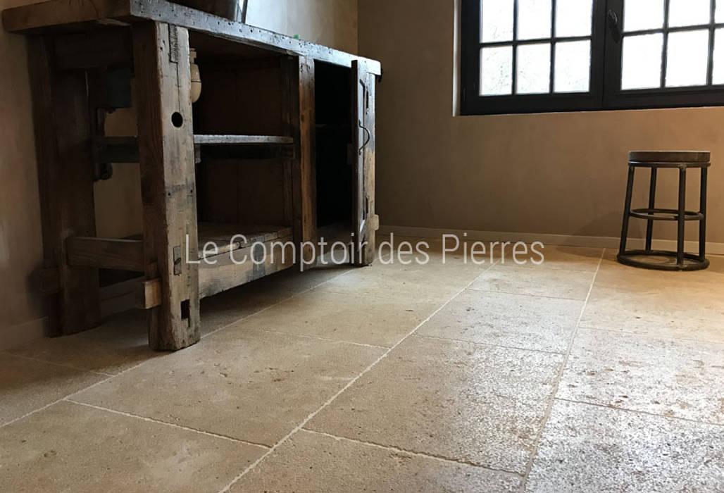 Dallage finition vieilli en pierre naturelle de Bourgogne: Salle de bains de style  par LE COMPTOIR DES PIERRES
