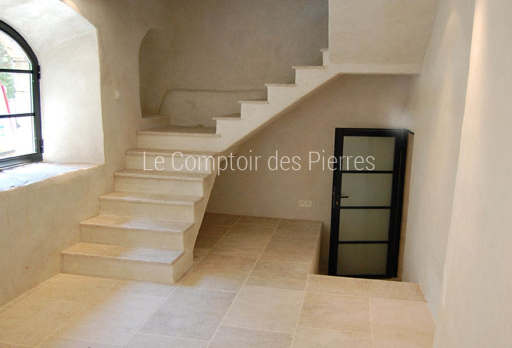 Dallage et escalier en pierre de Bourgogne: Couloir et hall d'entrée de style  par LE COMPTOIR DES PIERRES