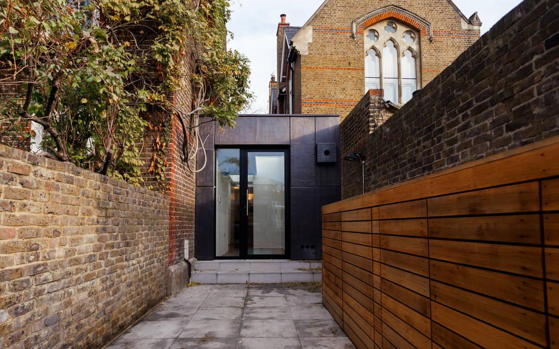 Back Yard - renovated. Diamond Constructions Ltd Modern houses
