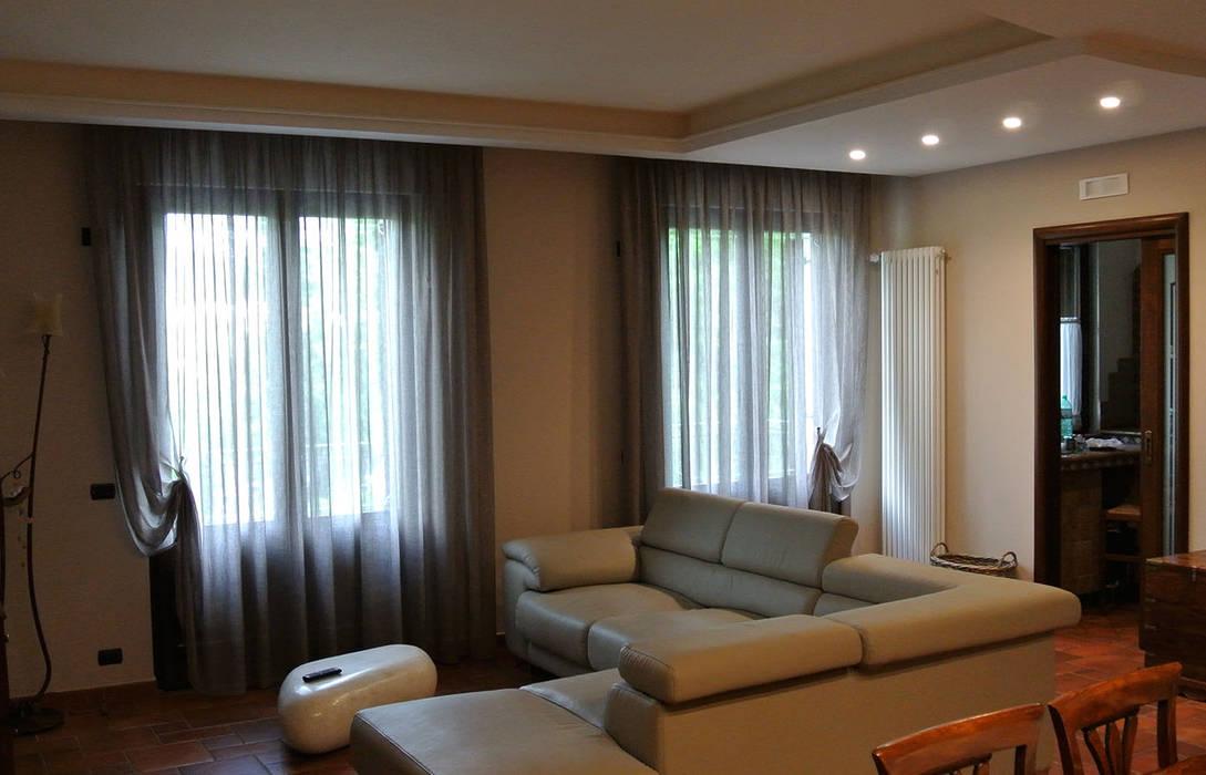 Il salotto nella zona soggiorno: Soggiorno in stile in stile Moderno di GIOIA Biagio ARCHITETTO
