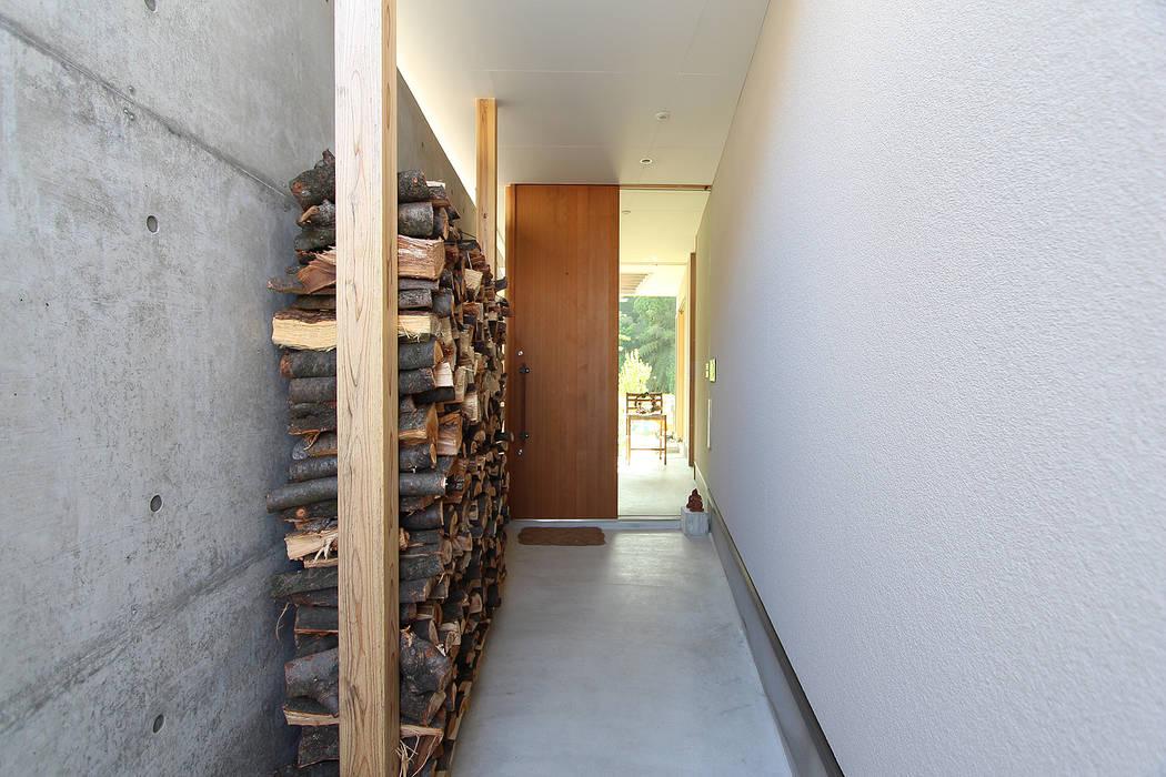 Couloir, entrée, escaliers modernes par MAG + 宮徹也建築計画 Moderne Bois Effet bois