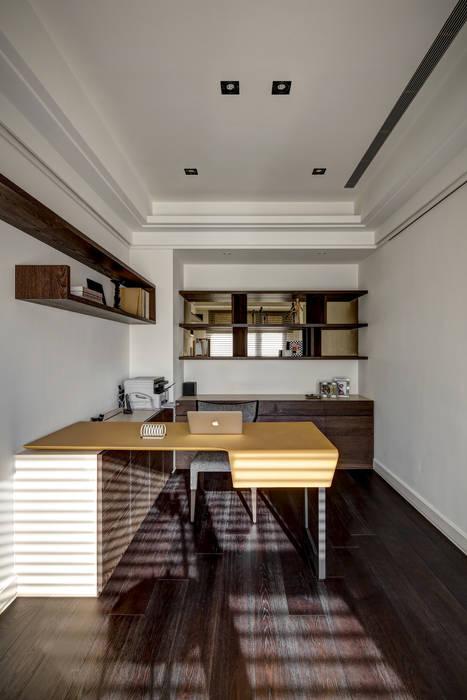 家是記憶的河:  書房/辦公室 by 大荷室內裝修設計工程有限公司