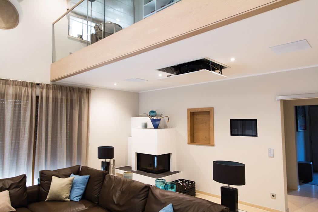 Beamer: moderne wohnzimmer von casaio | smart buildings | homify