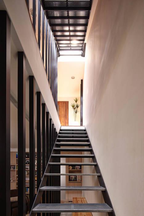 光影交錯的穿透樓梯,屬於都會的樂活休閒宅 合觀設計 現代風玄關、走廊與階梯