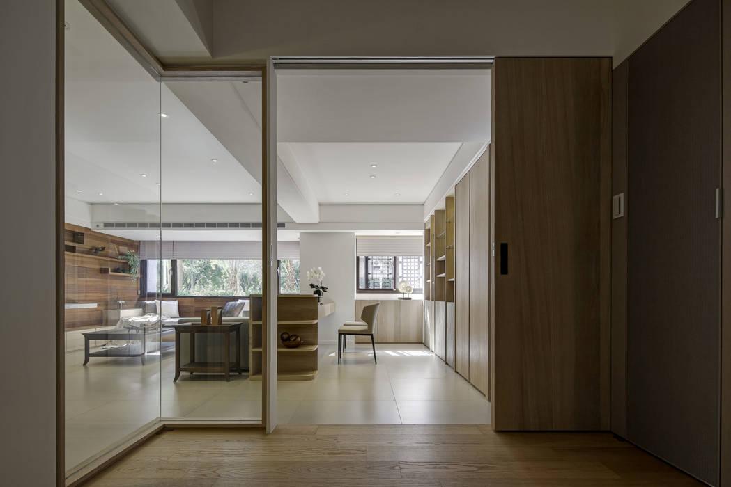 與陽光的約會:  書房/辦公室 by 大荷室內裝修設計工程有限公司
