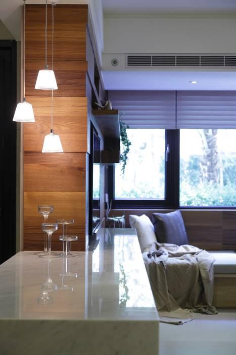 與陽光的約會 现代客厅設計點子、靈感 & 圖片 根據 大荷室內裝修設計工程有限公司 現代風