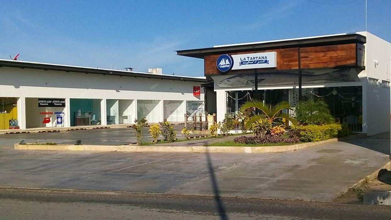PLAZA COMERCIAL: Estudios y oficinas de estilo industrial por CA ARQUITECTURA