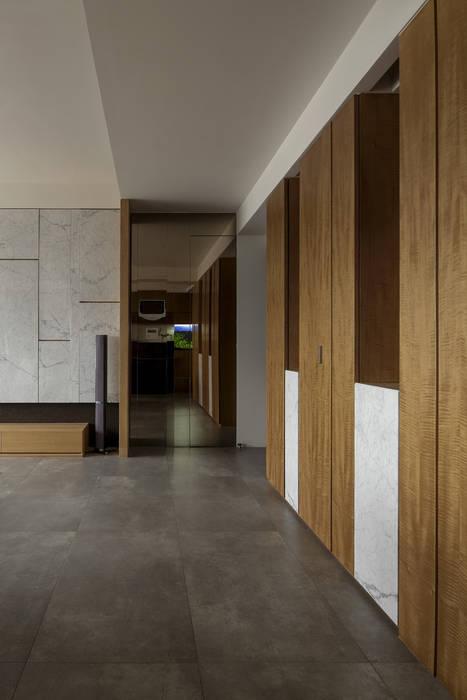 洗滌身心。療癒自然宅 現代風玄關、走廊與階梯 根據 大荷室內裝修設計工程有限公司 現代風