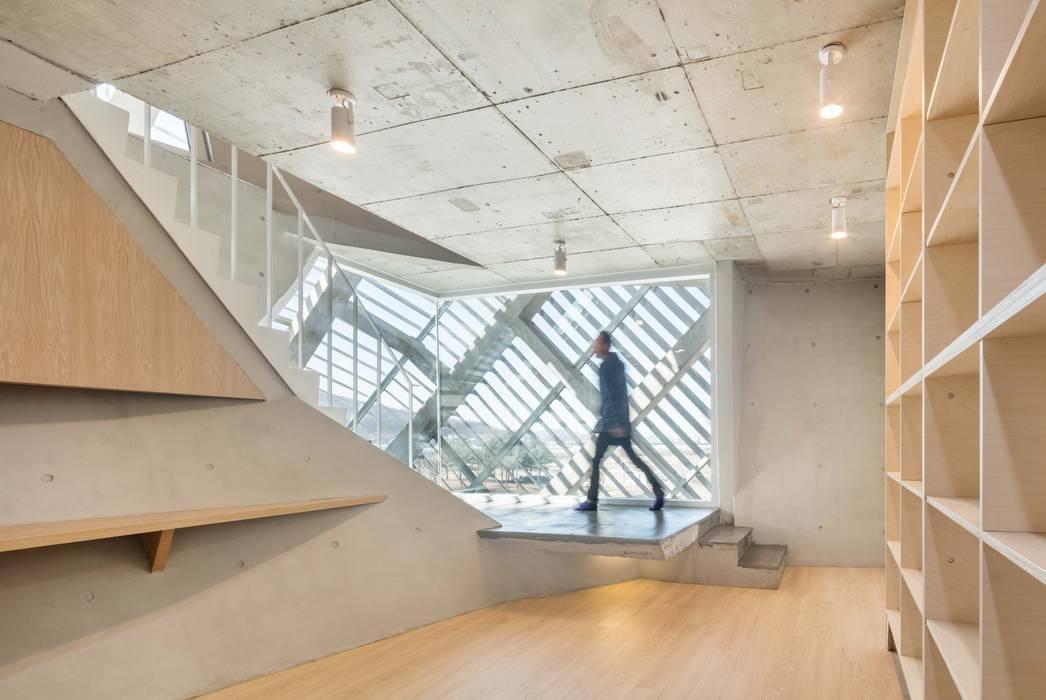 Modern corridor, hallway & stairs by AND(에이엔디) 건축사사무소 Modern