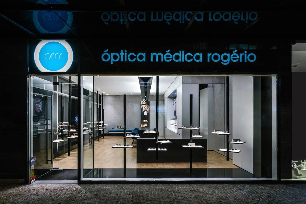 15: Lojas e espaços comerciais  por XYZ Arquitectos Associados,