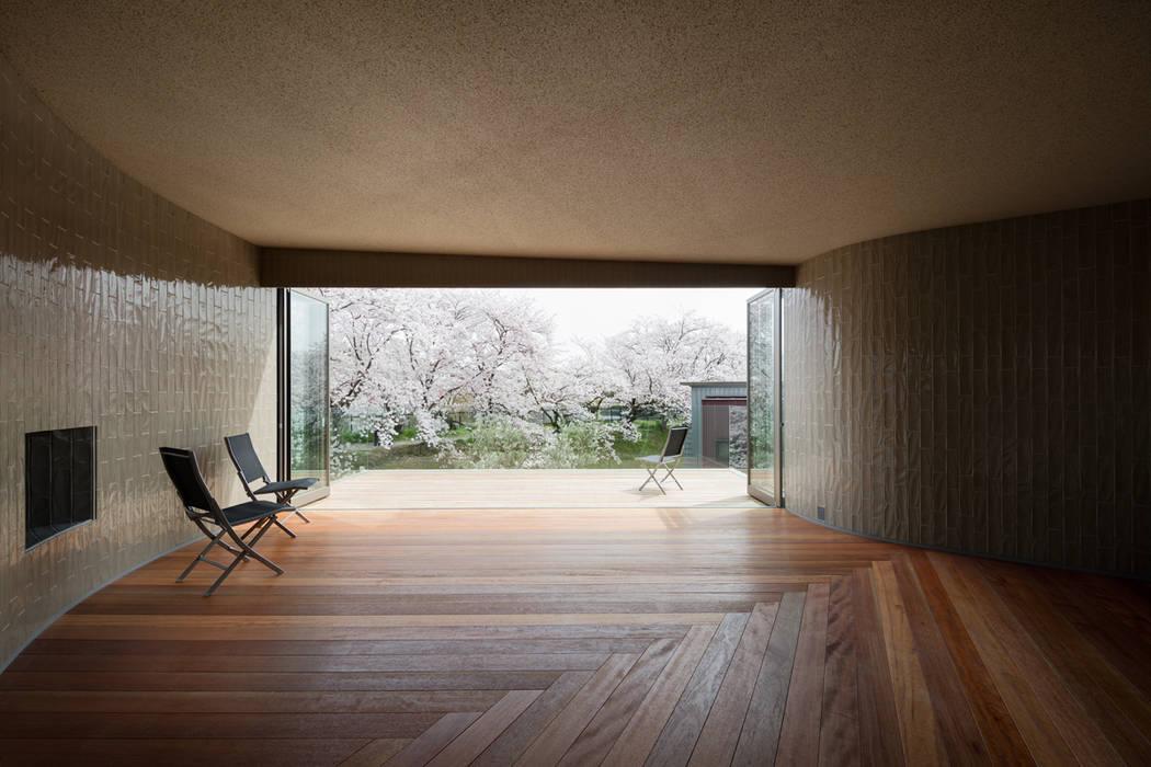 松島潤平建築設計事務所 / JP architects Eclectic style balcony, veranda & terrace Tiles
