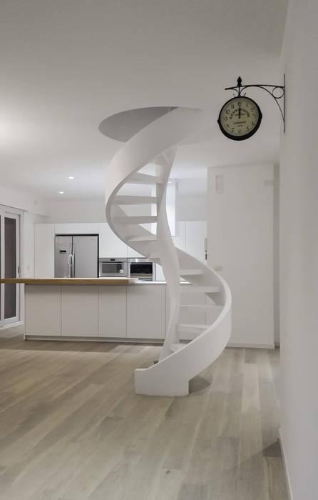 Couloir, entrée, escaliers minimalistes par casa&stile interior design e ristrutturazioni Minimaliste