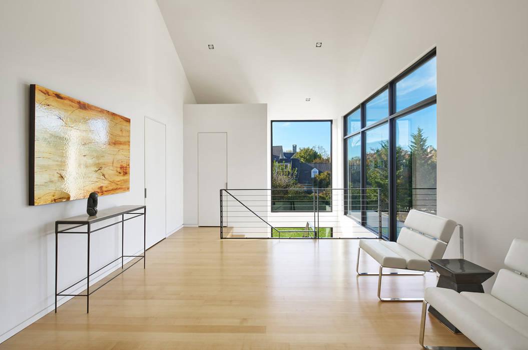 Koridor & Tangga Modern Oleh KUBE Architecture Modern