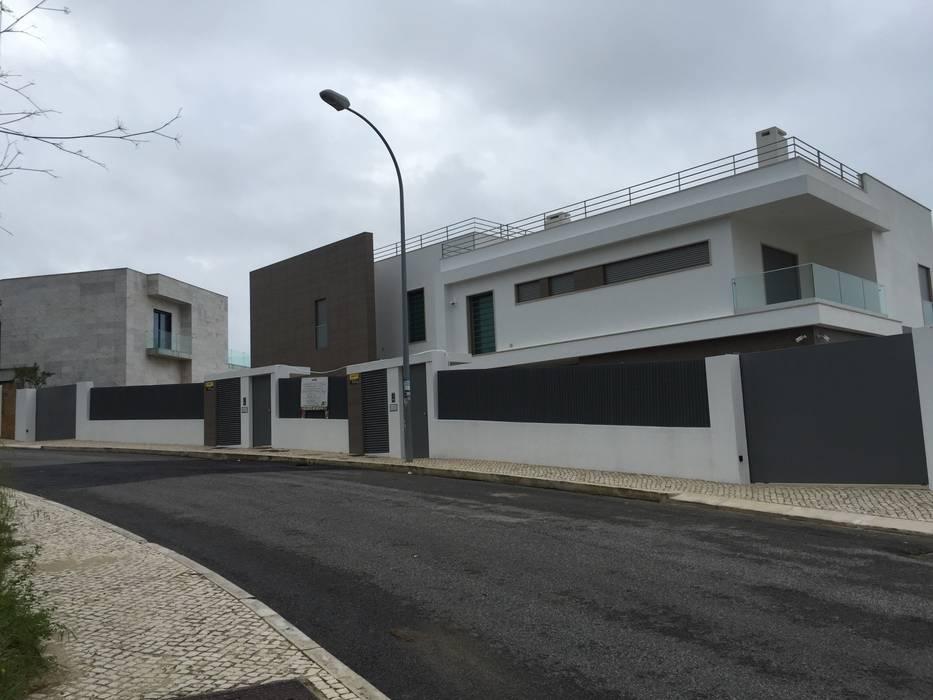 Moradia bifamiliar em Cruz Quebrada: Casas  por 2levels, Arquitetura e Engenharia, Lda,Moderno