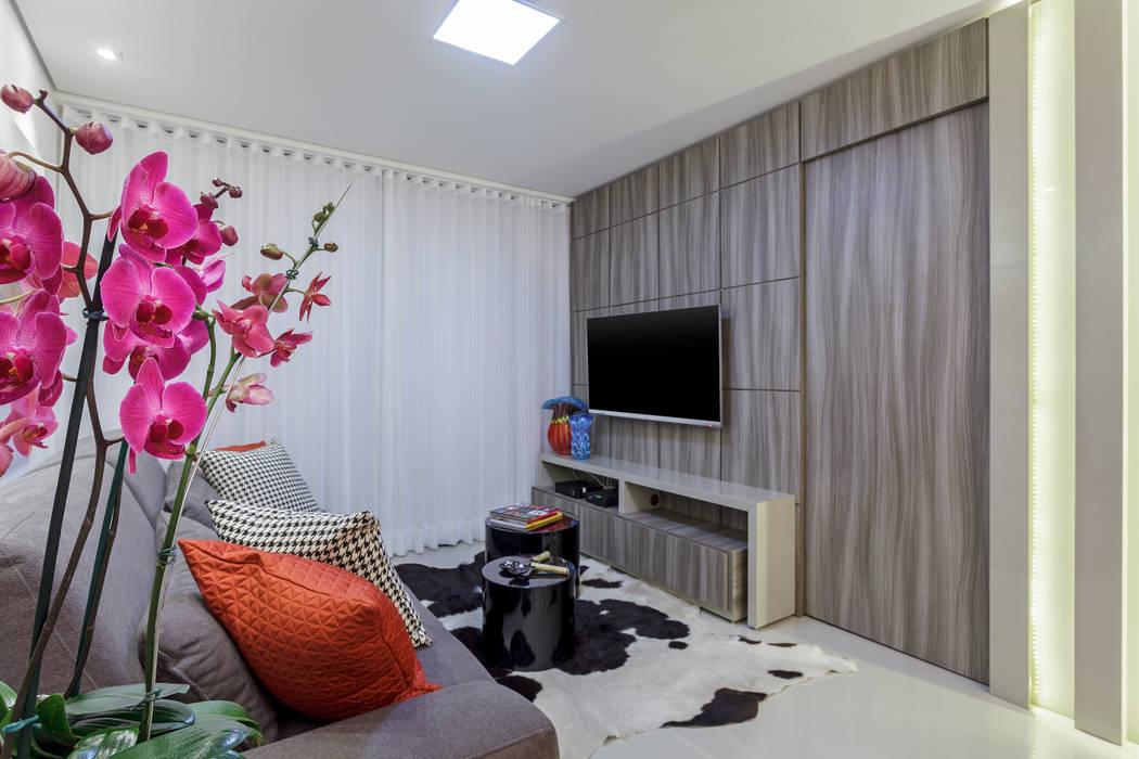 Sala de estar com painel de TV JANAINA NAVES - Design & Arquitetura Salas de estar ecléticas de madeira e plástico Cinza