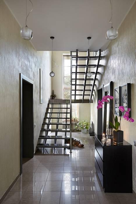 Couloir, entrée, escaliers modernes par Irina Derbeneva Moderne