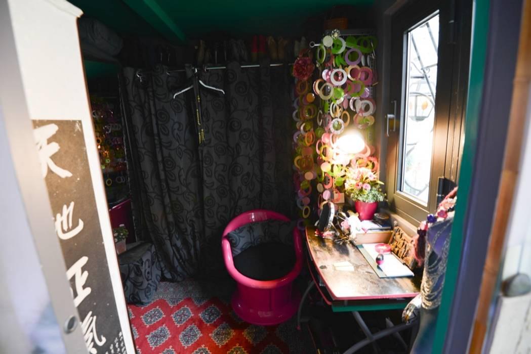La piccola camera: Camera da letto in stile in stile Moderno di Studio Fori