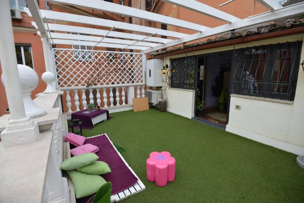 Balkon, Beranda & Teras Modern Oleh Studio Fori Modern