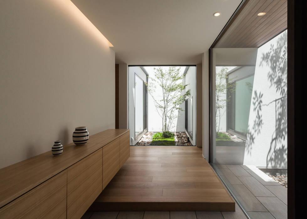 Modern corridor, hallway & stairs by Architet6建築事務所 Modern Glass
