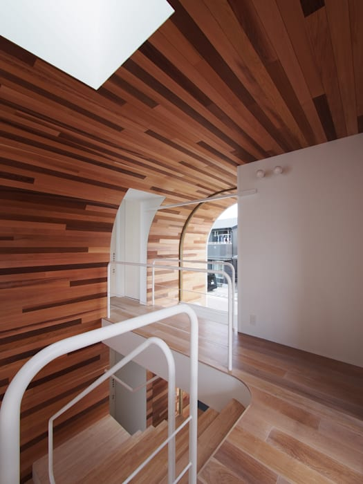 CACCO イシウエヨシヒロ建築設計事務所 YIA Modern Corridor, Hallway and Staircase Wood Wood effect