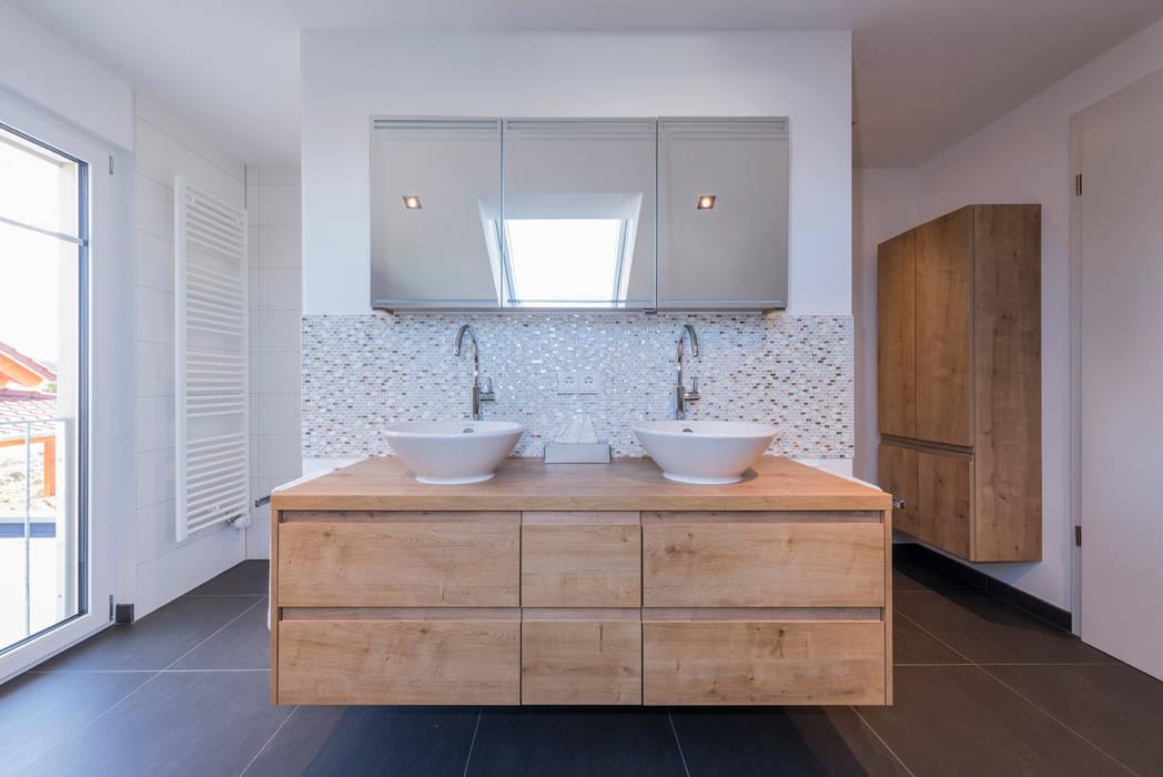Wand in t-form trennt dusche und toilette, gleichzeitig als träger ...
