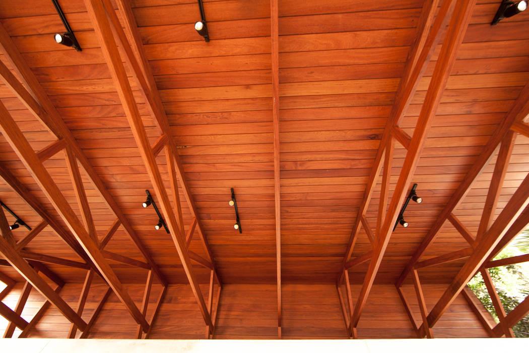 Detalle Techo con Cerchas de Madera: Bares y Clubs de estilo  por NIKOLAS BRICEÑO arquitecto