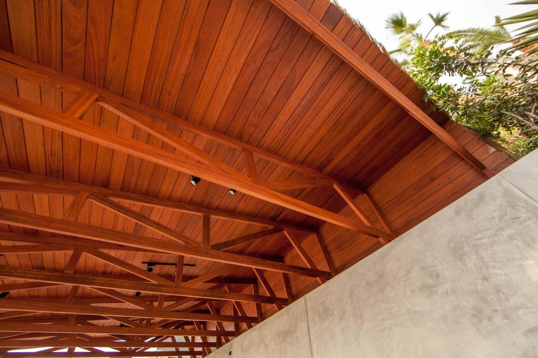 Detalle Techo con Cerchas de Madera: Bares y Clubs de estilo  por 2.8 I NIKOLAS BRICEÑO arquitecto