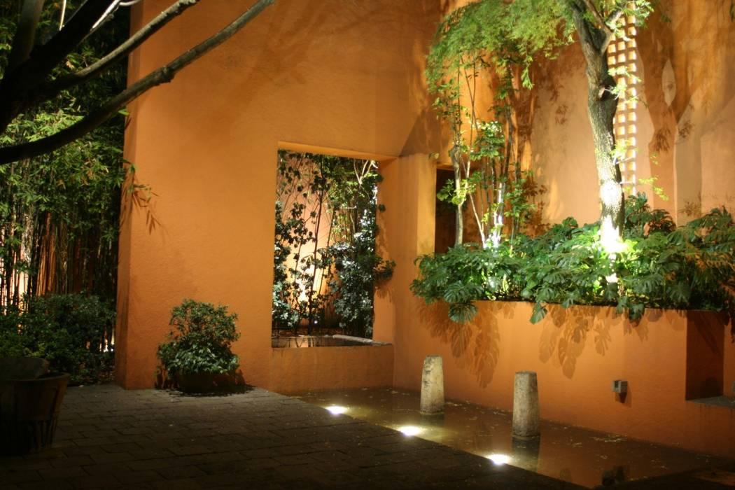 Iluminación en jardín. Fiat Lux Jardines modernos
