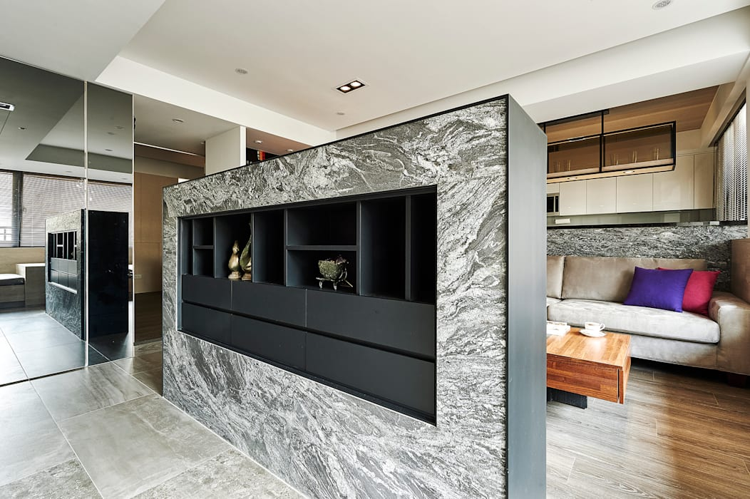 玄關牆半遮掩直入客廳的視線:  客廳 by 青瓷設計工程有限公司