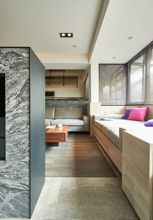 善用畸零格局變出寬敞座榻 现代客厅設計點子、靈感 & 圖片 根據 青瓷設計工程有限公司 現代風