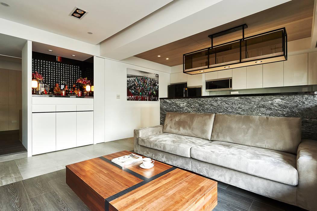 黑白佛龕以優雅之姿融入整體風格:  客廳 by 青瓷設計工程有限公司