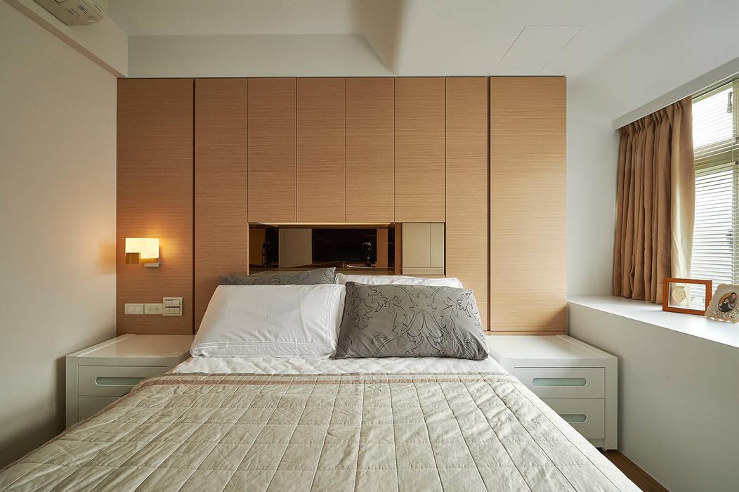 隔間牆轉作櫥櫃,讓收納力大增!:  臥室 by 青瓷設計工程有限公司