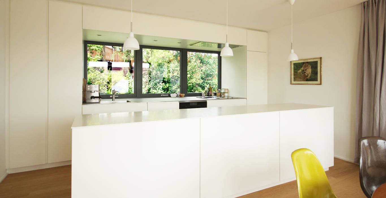 Weiße küche mit arbeitsplatte aus edelstahl: küche von beer gmbh ...