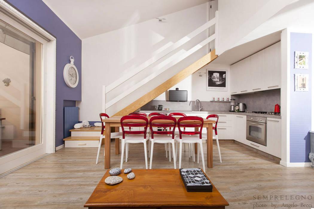 Cucina angolare con mobili salvaspazio sottoscala eseguiti su misura ...