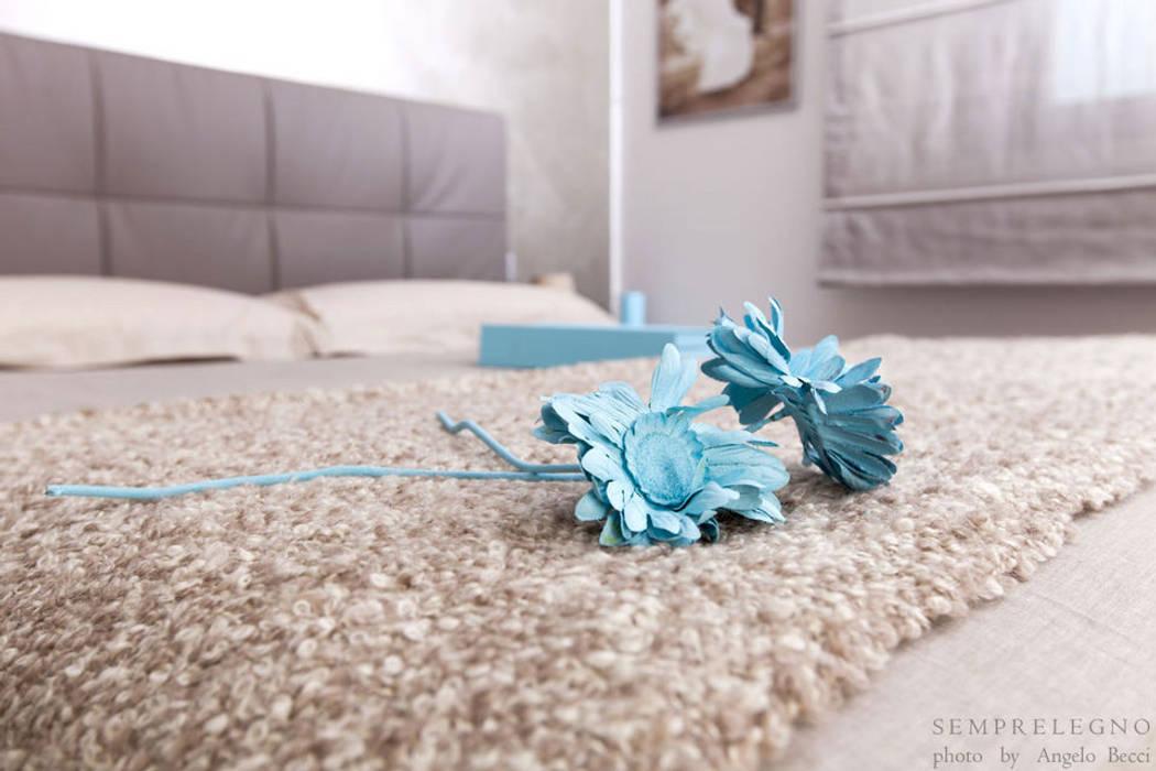 Letto con contenitore e mobili su misura per camera da letto moderna : Camera da letto in stile in stile Moderno di Semprelegno