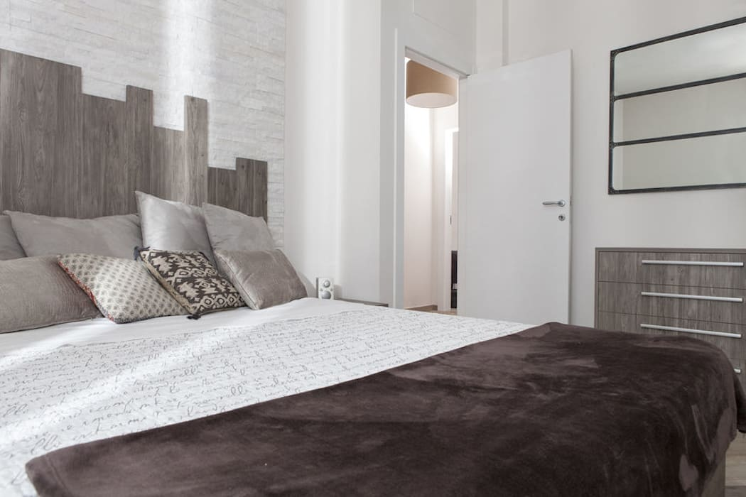 Camera da letto arredata con mobili eseguiti su misura e particolare testata letto: Camera da letto in stile in stile Moderno di Semprelegno