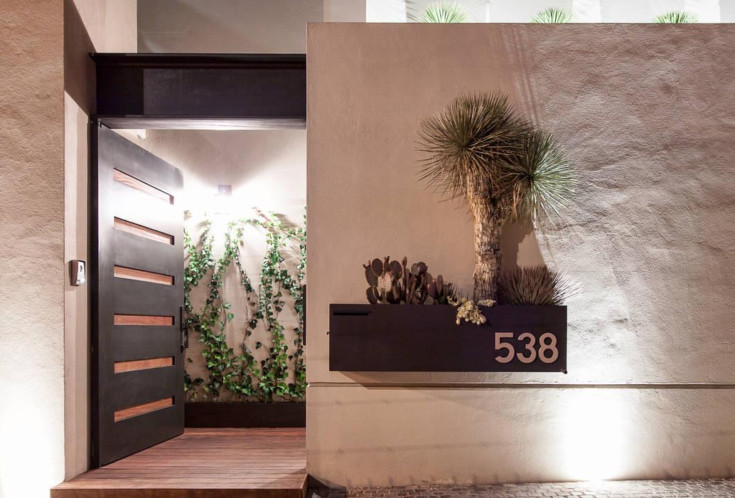 Acceso principal Casas de estilo moderno de Loyola Arquitectos Moderno