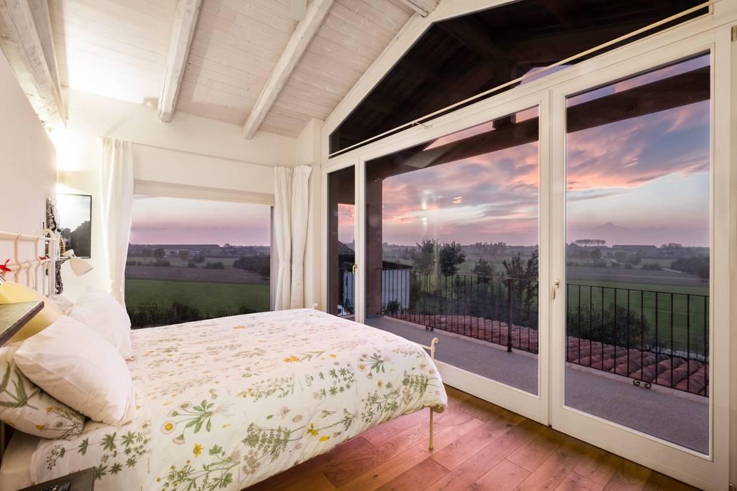 Camera da letto Padronale: Camera da letto in stile in stile Coloniale di UAU un'architettura unica