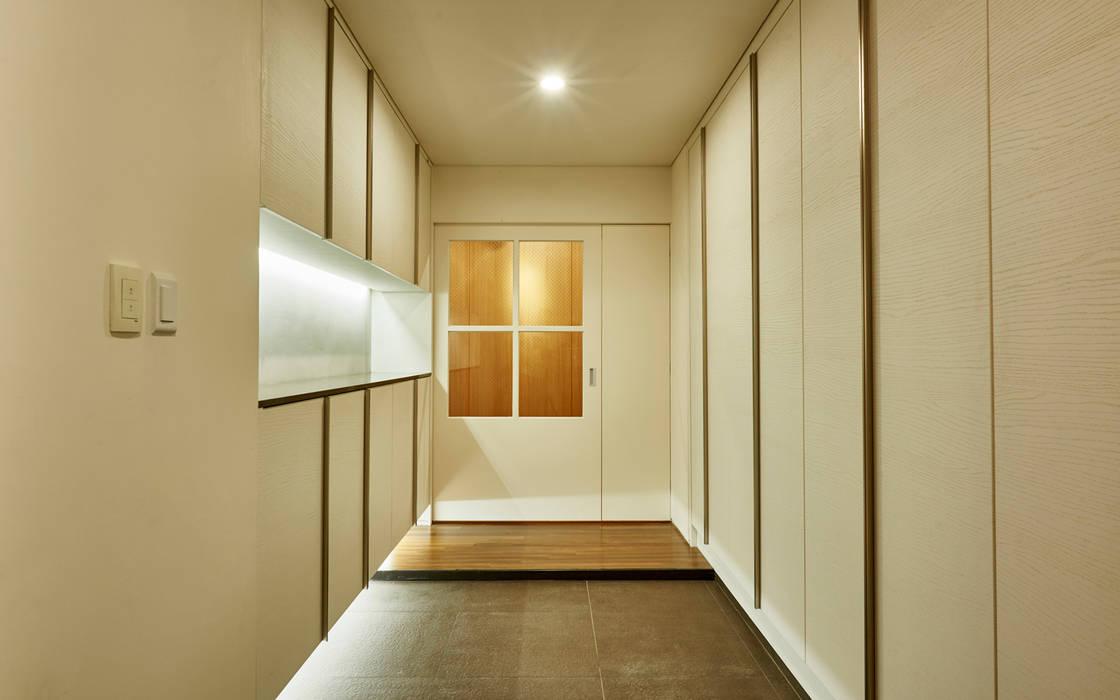 Modern Corridor, Hallway and Staircase by 디자인사무실 Modern