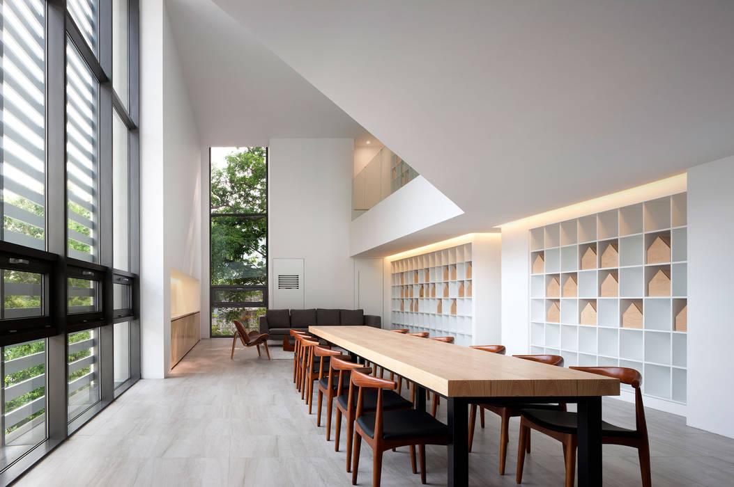 디자인사무실 Modern Corridor, Hallway and Staircase