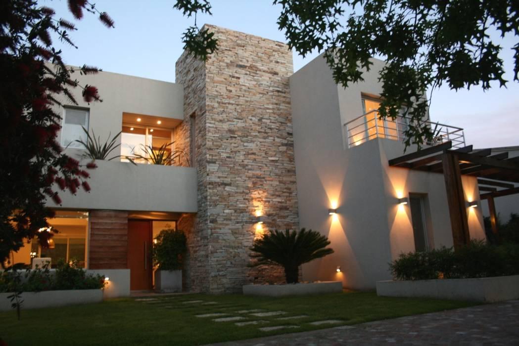 Casa en country C.U.B.A. - Fatima - Pcia de Buenos Aires: Casas de estilo  por Rocha & Figueroa Bunge arquitectos