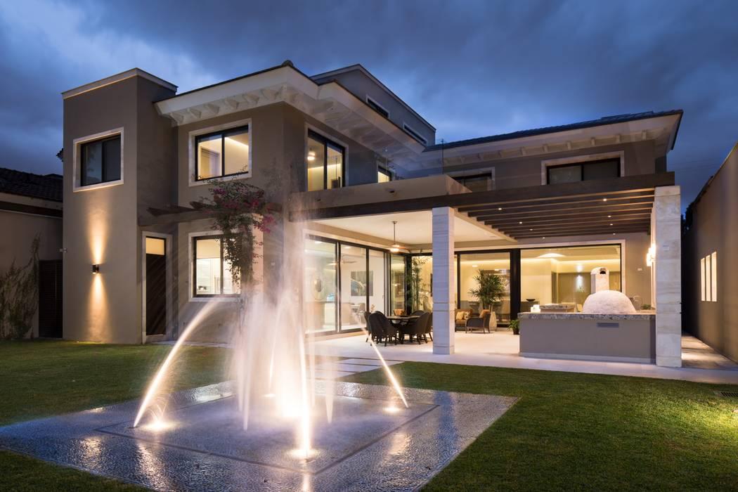 FACHADA POSTERIOR: Casas de estilo moderno por Rousseau Arquitectos