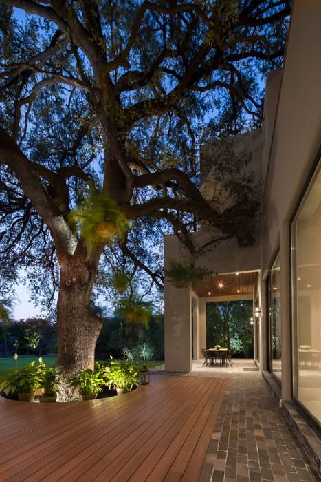 Modern Garden by Rousseau Arquitectos Modern