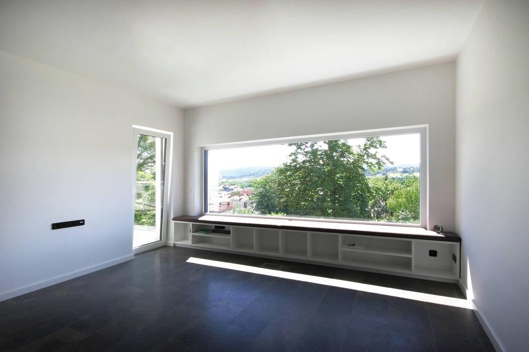 Nowoczesny salon od Planungsgruppe Korb GmbH Architekten & Ingenieure Nowoczesny