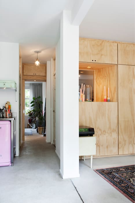TINY APARTMENT WITH A GARDEN VIEW:  Gang en hal door Kevin Veenhuizen Architects
