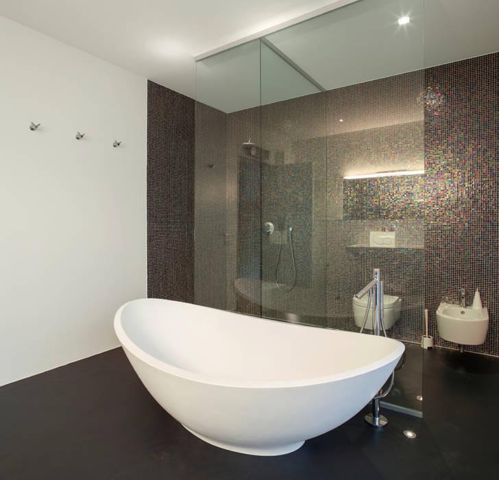 Ванные комнаты в . Автор – Gracious Luxury Interiors, Модерн