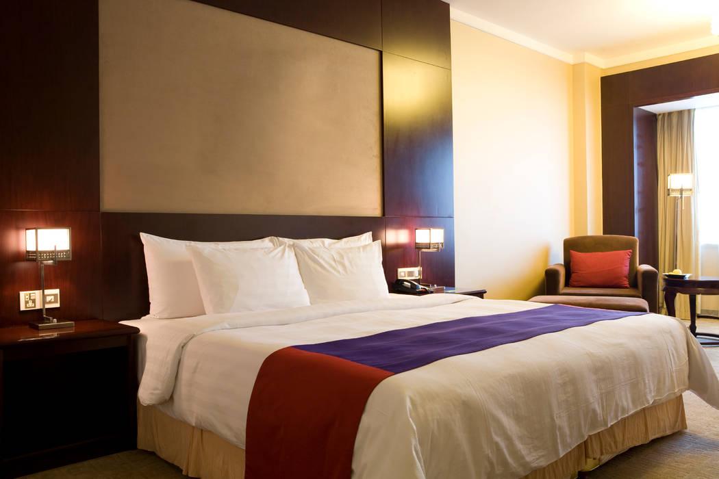 Red/Purple Hotel Room de Gracious Luxury Interiors Minimalista