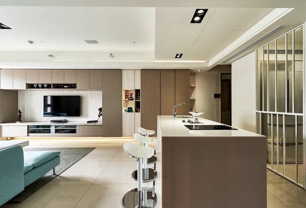 雙木色設計增加主牆櫃設計感:  客廳 by 青瓷設計工程有限公司