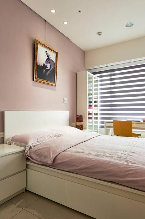 次臥室洋溢粉紫甜美味道:  臥室 by 青瓷設計工程有限公司